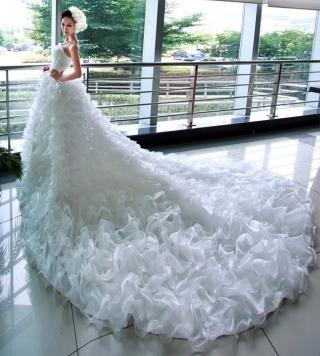 كوني عروس كالملكات مع فساتين زفاف بذيل طويل
