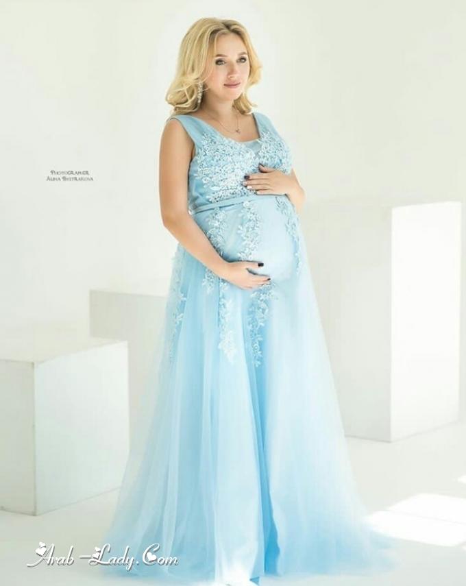 cdc5f1c05c4f2 يعد اختيار فستان سهرة أنيق يعزز قوامك أثناء الحمل من الأمور التي تشغل بالك  عندما تأتيهن دعوة لحضور حفل زفاف أو سهرة رسمية، فإليك بعض الأفكار لموديلات  فساتين ...